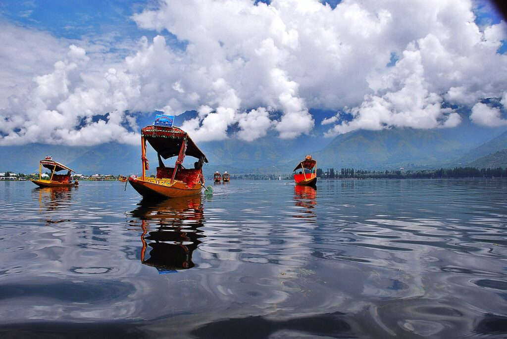1349192798_shikara_in_dal_lake_in_kashmir